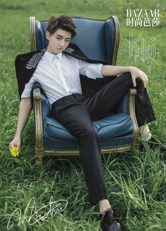 写真也曝光啦~~在照片中,王俊凯时而身穿学院风满满的黑色风衣套装,内