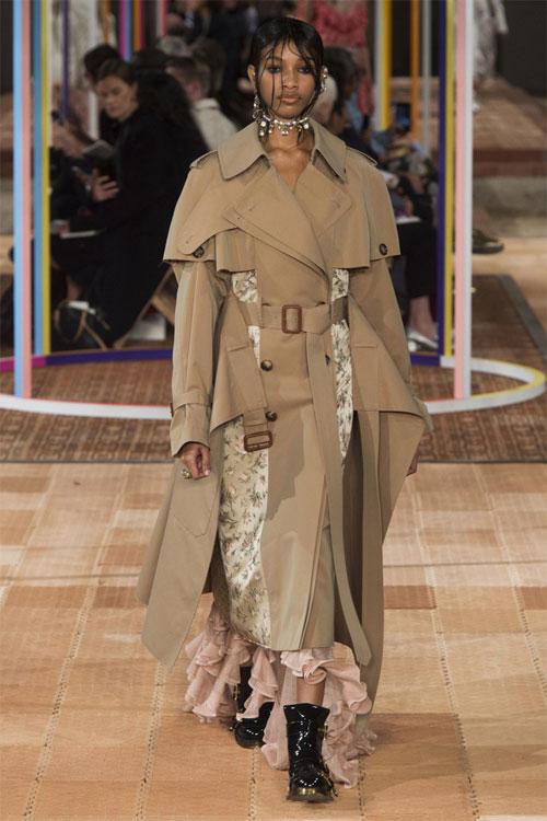 英国著名设计师品牌Alexander McQueen 2018春夏系列时装秀