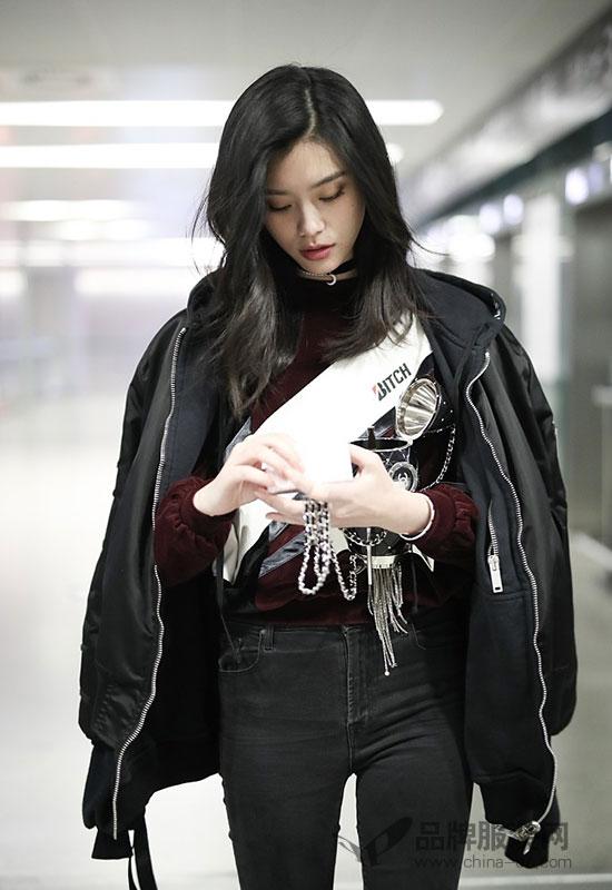 奚梦瑶   11月8日,奚梦瑶从北京飞往上海现身机场,身穿来自Ground Zero的丝绒卫衣外搭黑色飞行员夹克外套,搭配黑色修身牛仔裤,脚踩来自Loewe的乐福鞋,手拎来自Chanel的火箭化妆盒,休闲时尚,个性十足~~