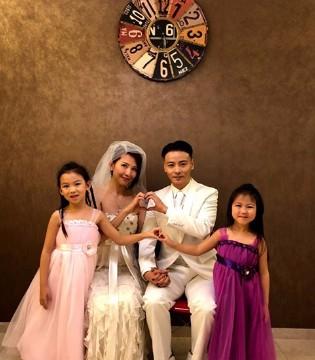 张晋蔡少芬为庆祝结婚十周年 穿十年前婚纱礼服拍全家福