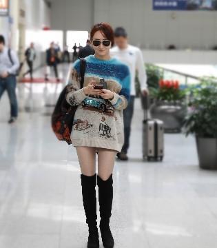 胡静机场下衣失踪大秀美腿 专注玩手机走错路