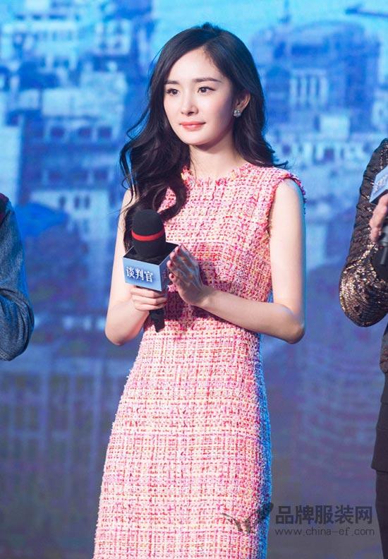 杨幂优雅亮相新剧《谈判官》发布会 甜蜜粉嫩美丽冻人