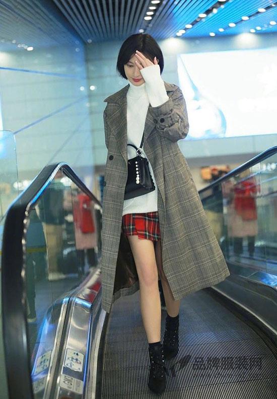 长腿女神张俪现身首都机场大秀美腿 是美丽冻人本人了