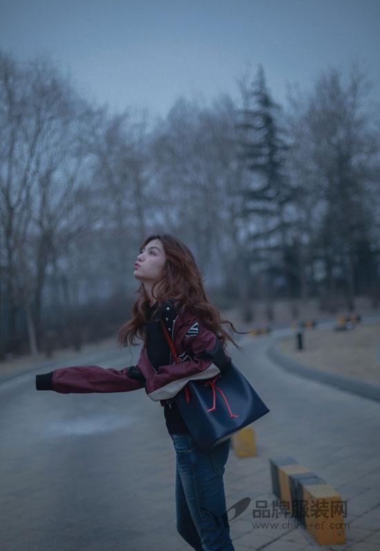 90后人气演员春夏现身机场启程2018秋冬巴黎时装周