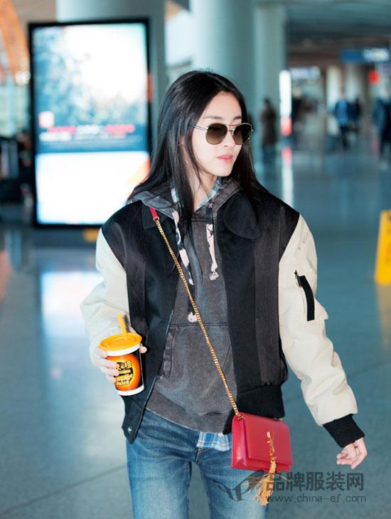 人气歌手张碧晨现身机场 帅气依旧腿长一米八
