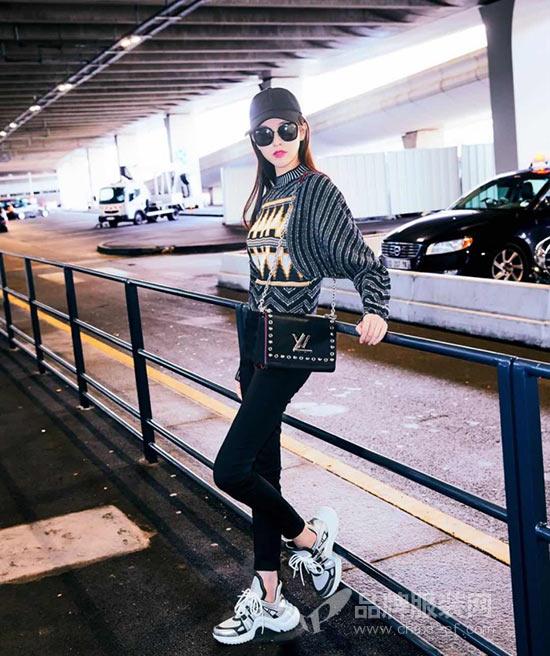 唐嫣现身机场赴巴黎时装周观看Louis Vuitton大秀
