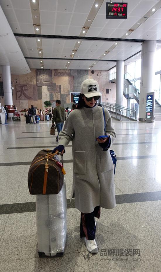 演员甘露现身机场 佛系穿搭彰显超强时尚功力
