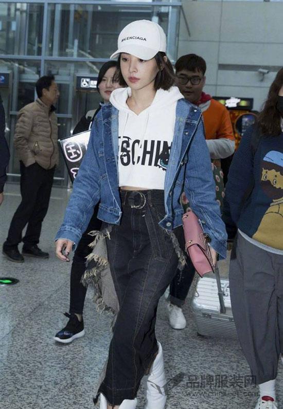 人气歌手蔡依林现身上海机场 潮范个性中又不失青春活力
