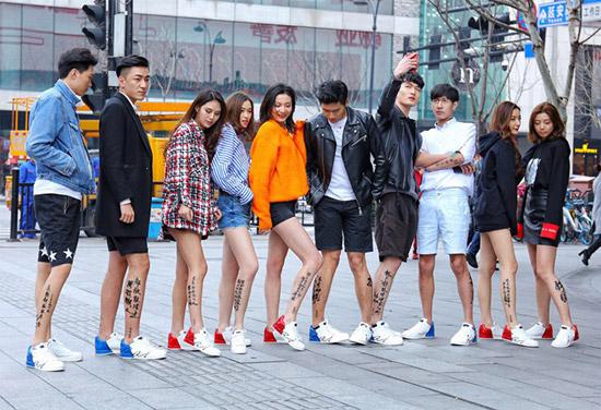 康奈 杭州街头惊现裸奔青年 他们的腿有话说