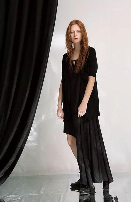 奕色女装新品上市黑白之间时尚无需矫饰!