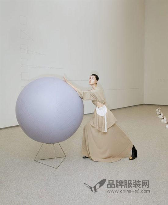 超模裴蓓登《Wallpaper卷宗》封面 演绎艺术与空间之美