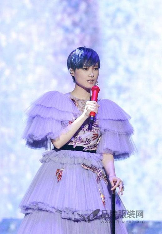 """一身紫色蛋糕裙这样穿 这还是我们认识的""""春哥""""吗?"""
