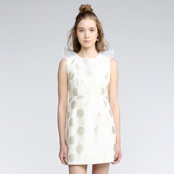 聚多品女装:携手波点裙 共享奇幻之旅