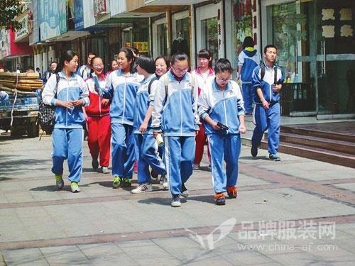 """遭人诟病""""面口袋""""中国校服 或迎来产业升级新春天!"""