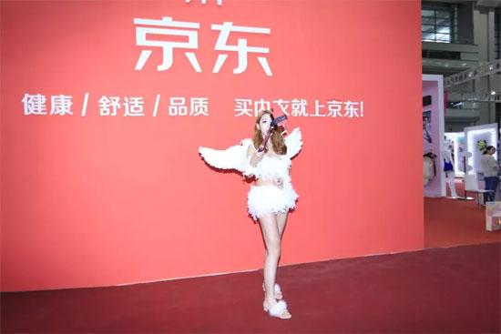 京东网红空降深圳 直播走秀嗨翻内衣展!