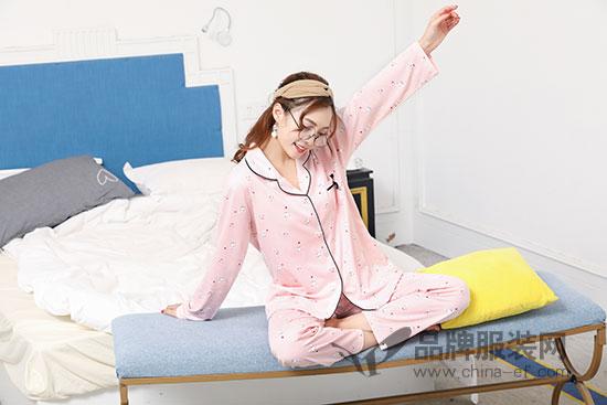 珍妮芬少女心爆棚丝绸家具睡衣 助力一晚无梦好睡眠