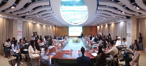 仲春时节最广范围的大学生时装周主题会议广东服装教育圈的代表都赶来参加