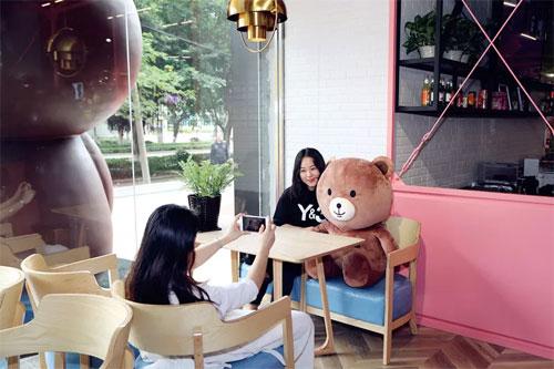 网红熊来了 就在泉州这个地方 少女心要萌翻了