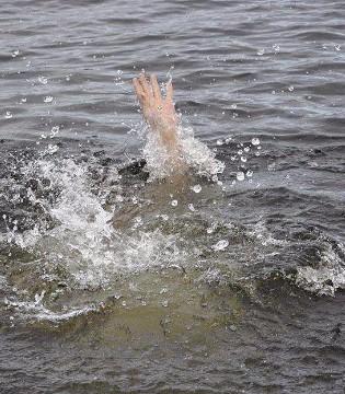 幼童母婴店溺水险酿悲剧 这个责任谁来负?