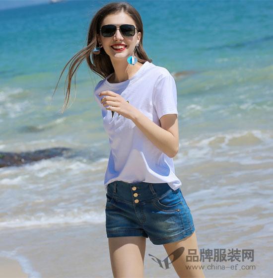 夏季去海边度假穿依贝奇白色T恤 简单时尚又大气