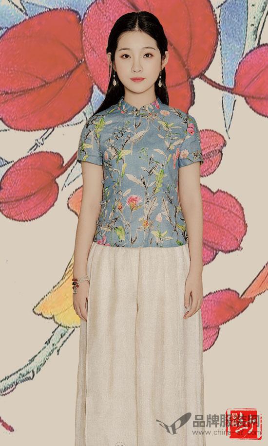 年轻时尚的民族裙装  就是时尚女性的文艺选择