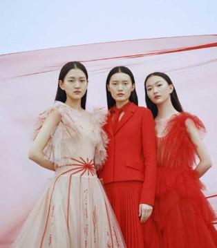 DIOR高级定制秀来到上海  红色扇形风格增添了东方傲骨
