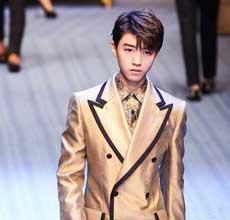 王俊凯亮相Dolce&Gabbana2019春夏男�b大秀 一身贵气