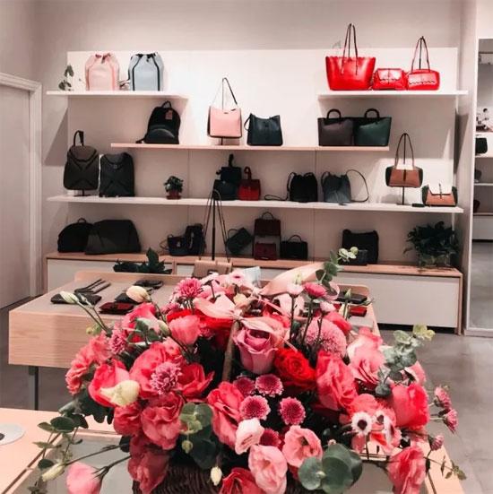 把店开在这儿 怕是买包的人都跟迪丽热巴一样美