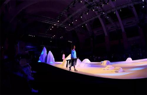 这是一个正经的秀透提前带你看看时装周的梦想舞台