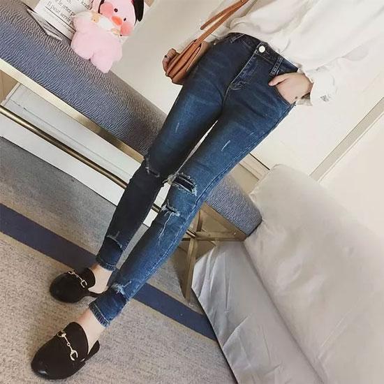 秋季穿这样的牛仔裤 视觉上拉高腰线 很显高挑哦
