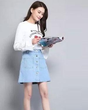 国庆出游 牛仔裙穿搭展现少女般的青春活力
