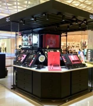 中国年轻人为什么排队购买这个国产美妆的口红?