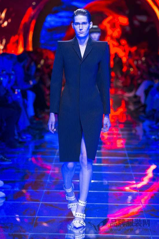 被科技包围的Balenciaga 用复古设计诠释未来时尚