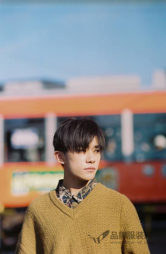 易烊千玺日系写真出炉 漫步街头尽显少年模样