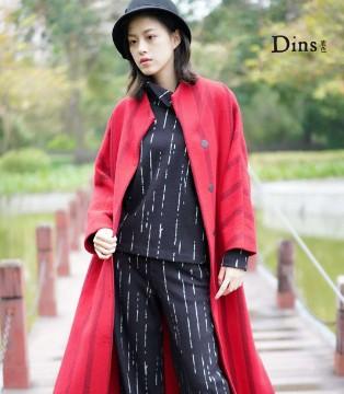 底色中国红大衣 跨年年会没有C位我有它