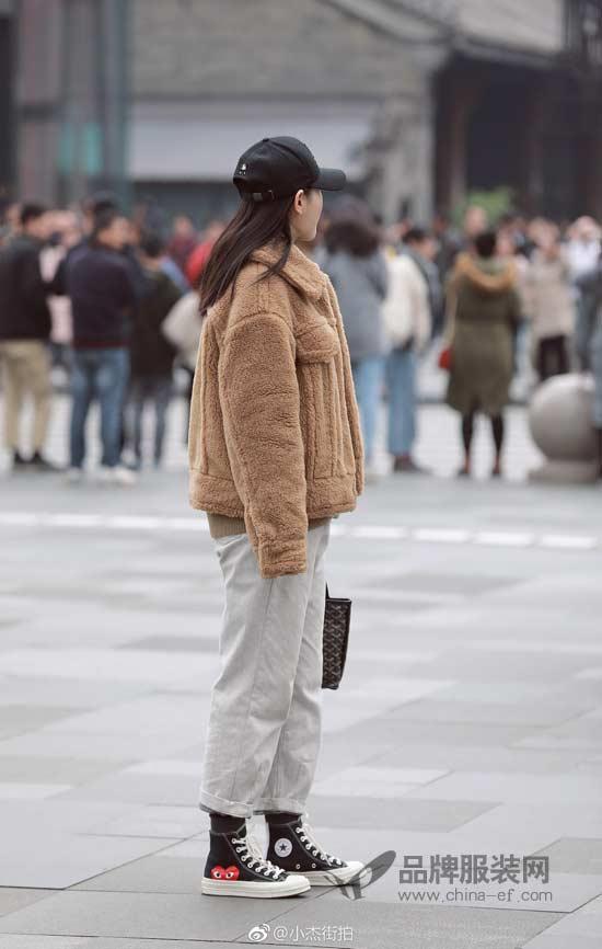 """谁还不是个""""小富婆"""" 你有的毛毛外套我也有"""