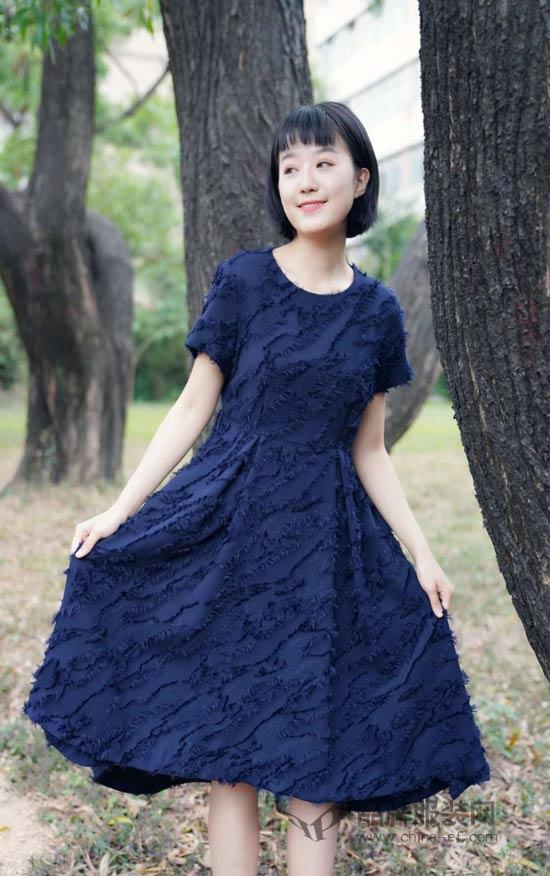 简约优雅的早春穿搭 尽在底色品牌女装