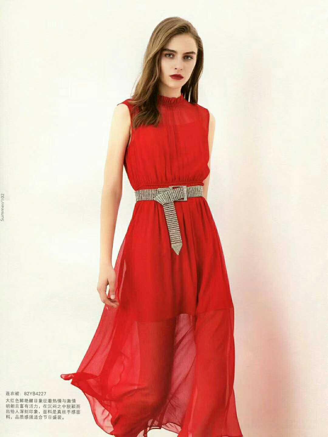 想做一位轻奢华丽感的女神 请到衣佰芬女装品牌寻找