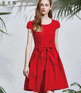 安卡茜:一袭华丽裙装 演绎夏日浪漫风情