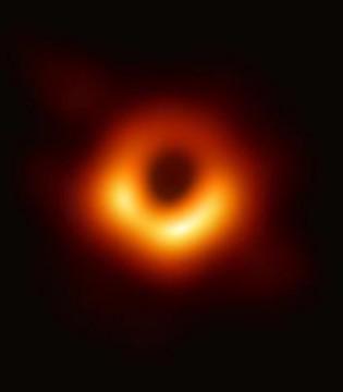 人类拍摄的首张黑洞照片发布 版权归视觉中国所有?!