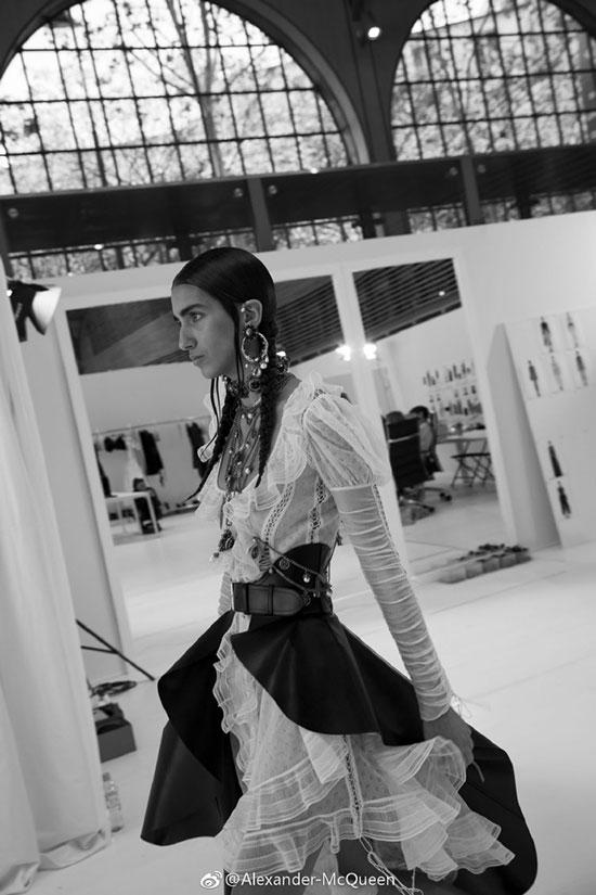 来自Alexander McQueen 2019年春夏系列时装的精巧细节