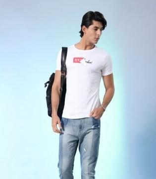 用白色T恤展现男友力 莎斯莱思3招教你穿出男友力!