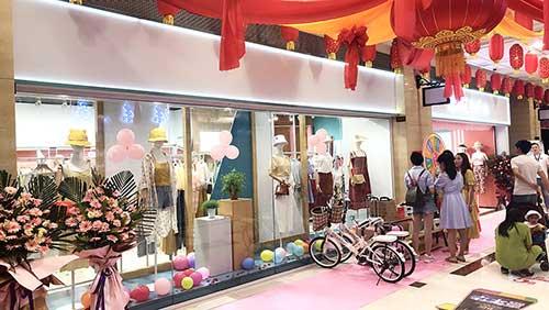 七月 热烈祝贺都市方案品牌女装在丽江古城盛大开业