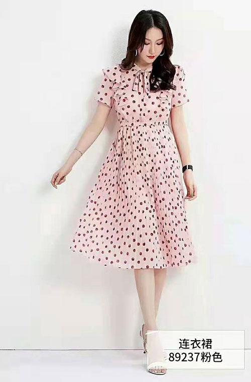 爱依莲女装品牌七夕篇,粉色衣裙把自己打扮得美美的