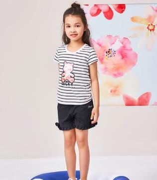服装也能带来快乐 一起欣赏小�i班�{童�b吧!
