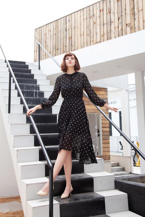 成熟知性女性如何穿搭?一条裙子让你魅力无限