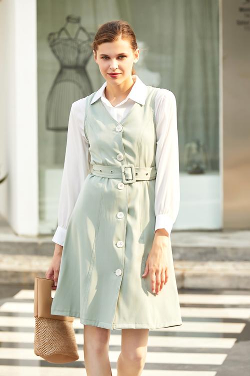 女士怎么穿出知性?只需要简约的色调加连衣裙