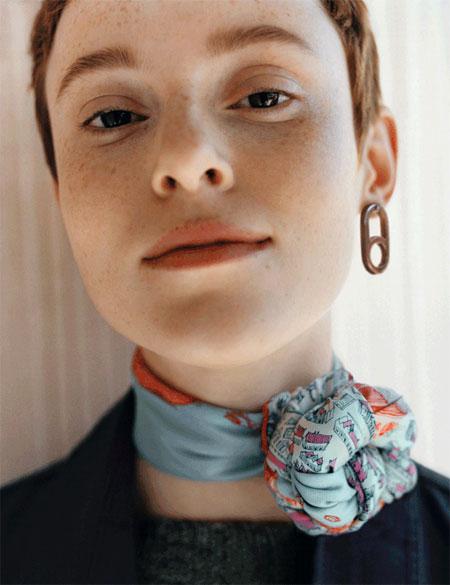 丝巾只是颈间的配饰吗?丝巾并非只是丝巾