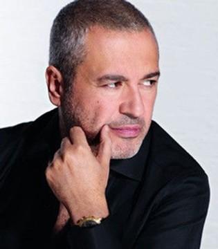 Elie Saab一个喜欢穿白衬衫加黑长裤的时尚设计师