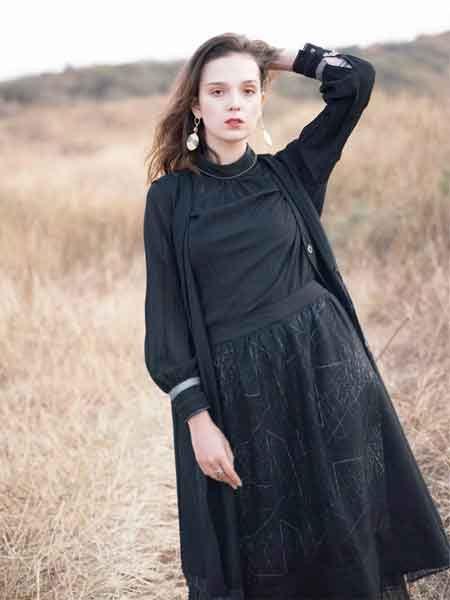 薇薇希女装教你黑色服饰的穿搭 优雅中透着一丝俏皮